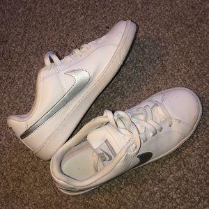 Nike Shoes - Women's 9.5 nike shoes + Nike dryfit shirt
